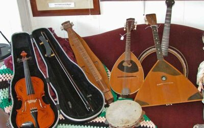 How many ways can you play stringed instruments?